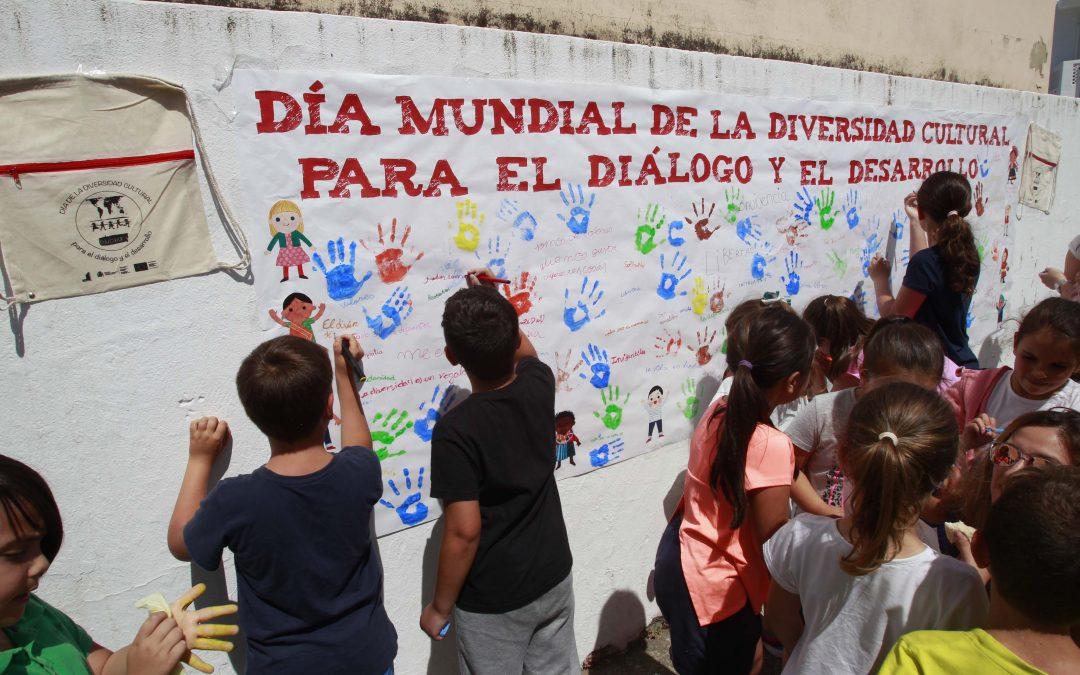 Niños y niñas del CEIP Nuestra Señora de Guadalupe de Palmones elaboran en grupo un mural por la conmemoración del Día Mundial de la Diversidad Cultural