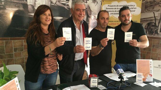 Un barrio de todos distribuye en los bares de Algeciras 130.000 servilletas por la igualdad