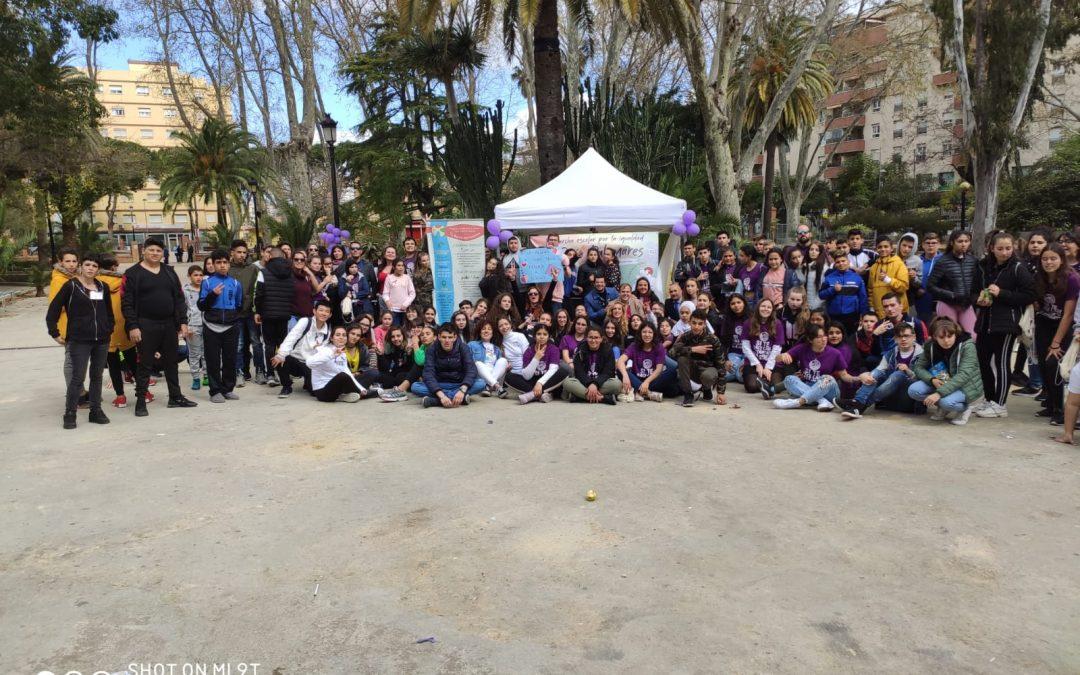 El alumnado de tres institutos de Algeciras recorre la ciudad y  supera en el parque un circuito de obstáculos a la igualdad