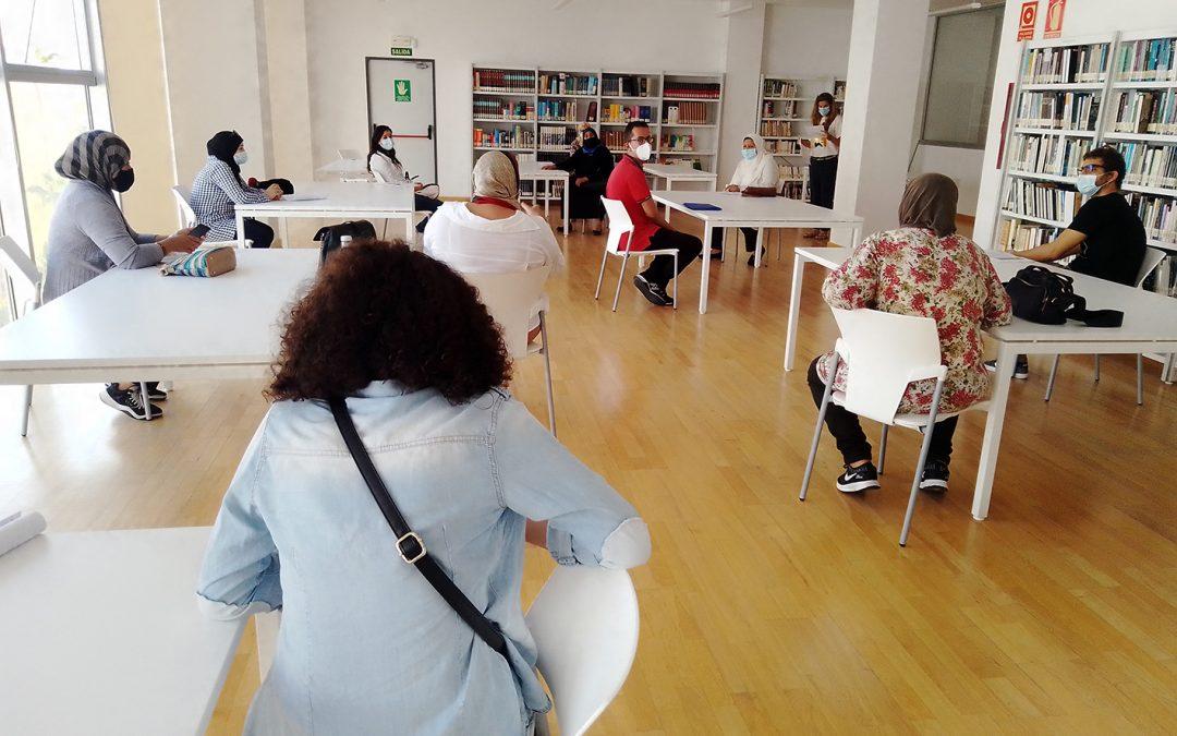 Alumnas de español para el empleo conocen los servicios de la biblioteca municipal de Algeciras y aprenden a utilizarlos