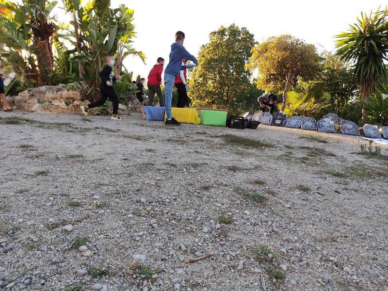 Decenas de vecinos colaboran en una limpieza y recogida de basuras en el parque de Cortijo Vides y Los Toreros