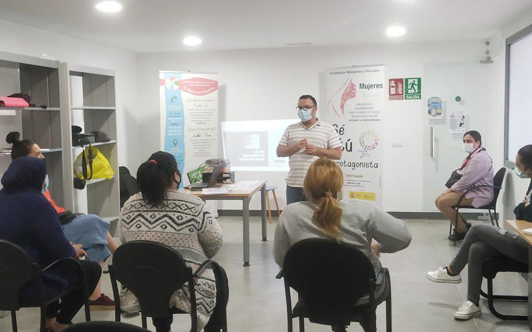 Mujeres activas imparte un taller para que mujeres en situación laboral precaria sepan defender sus derechos