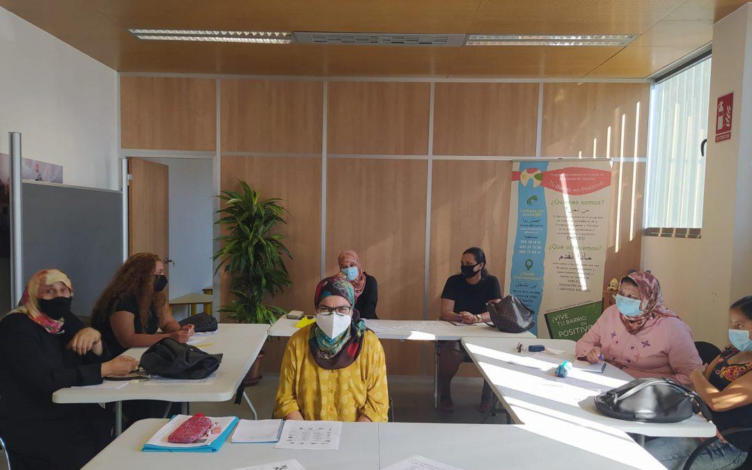 Las alumnas de español para la búsqueda de empleo reciben sus diplomas en el taller de Tu barrio en positivo