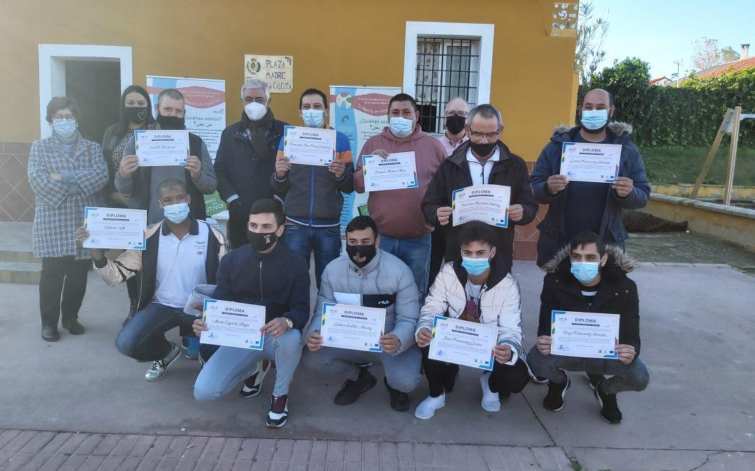 Diez desempleados reciben el diploma del taller de pintura impartido por Tu barrio en positivo en La Yesera