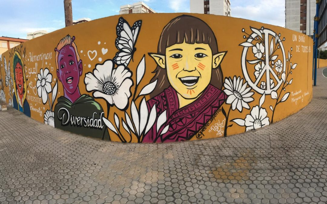 Un gran mural del artista Pesto transmite la alegría de la diversidad en el colegio público Tartessos de El Saladillo